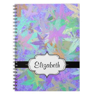 Hojas de arce en colores pastel del otoño de la note book