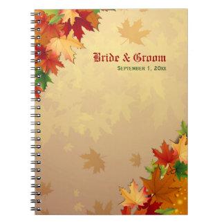Hojas de arce que caen que casan el cuaderno