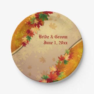 Hojas de arce que caen que casan las placas de platos de papel