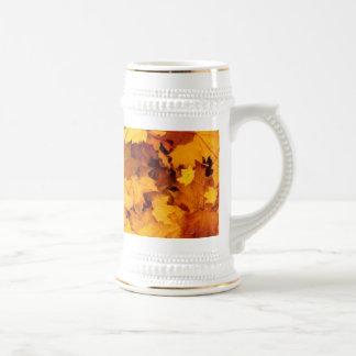 Hojas de la caída del naranja y del amarillo jarra de cerveza