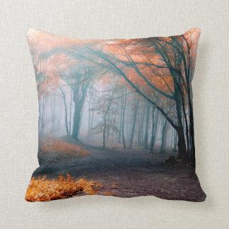 Hojas de la caída en almohada de niebla de maderas