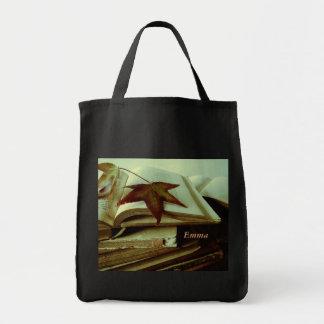 hojas de la caída en la bolsa de asas de los libro