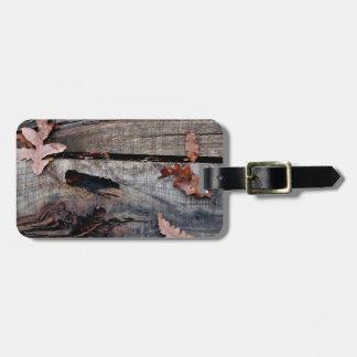 Hojas de la caída en la madera vieja etiquetas bolsas