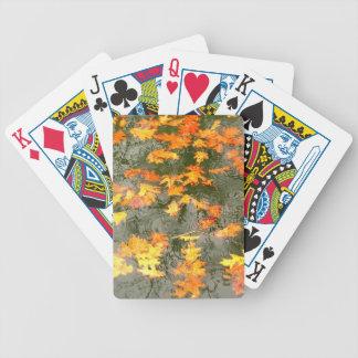 hojas de la caída en tarjetas de la lluvia baraja