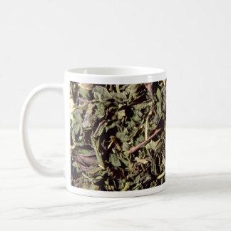 Hojas de la hierbabuena taza