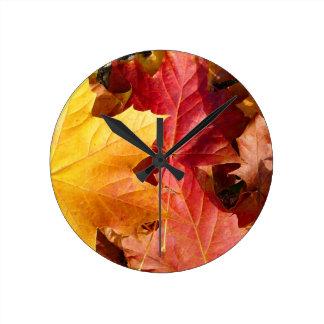 ¡Hojas de otoño - atontando! Reloj Redondo Mediano