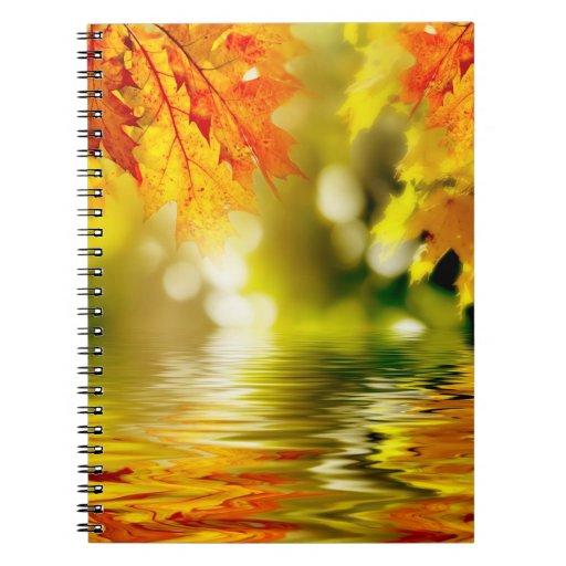 Hojas de otoño coloridas que reflejan en el agua 2 libreta espiral