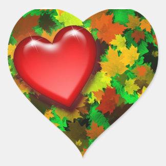 Hojas de otoño con el pegatina del corazón