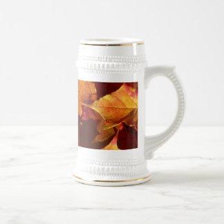 Hojas de otoño de la caída jarra de cerveza