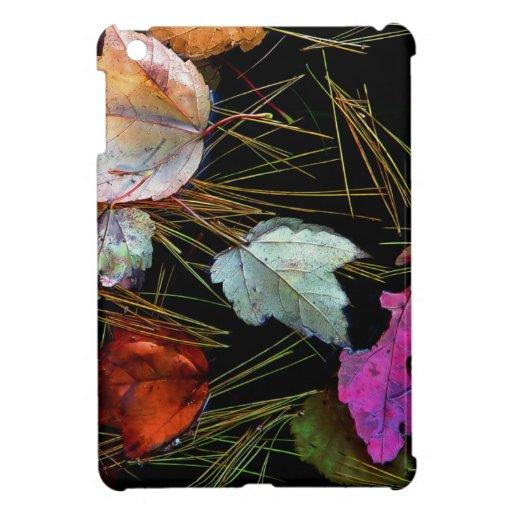 Hojas de otoño de la tapicería del agua en el agua