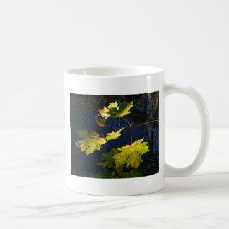 Hojas de otoño de oro devastadas taza clásica