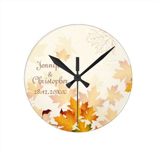 Hojas de otoño de oro que casan el recuerdo reloj redondo mediano
