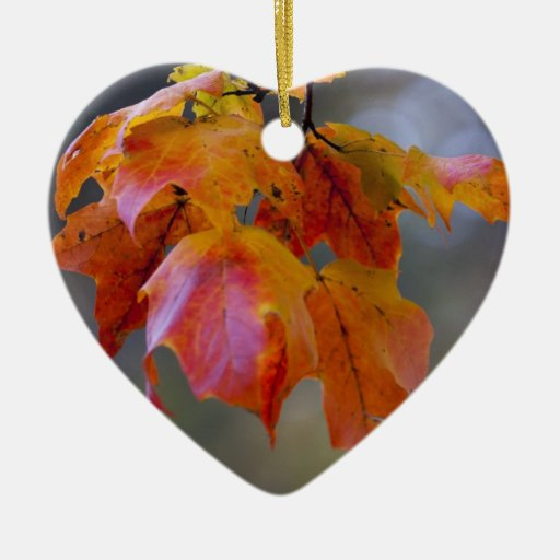Hojas de otoño adorno de cerámica en forma de corazón