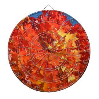 Hojas de otoño del rojo anaranjado del sitio de ju tablero de dardos