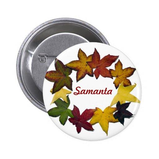 Hojas de otoño en el botón blanco del fondo