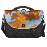 Hojas de otoño en el cielo bolsas de ordenador
