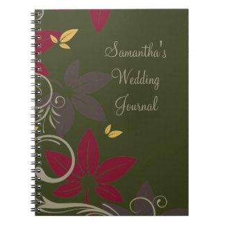 Hojas de otoño en el diario verde del boda notebook