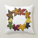 Hojas de otoño en el fondo blanco almohadas
