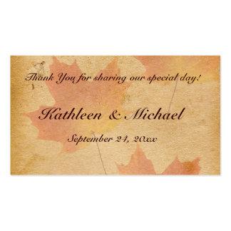 Hojas de otoño en etiqueta envejecida del favor de tarjeta de visita