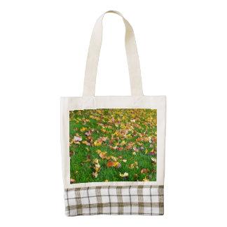 Hojas de otoño en la hierba verde bolsa tote zazzle HEART