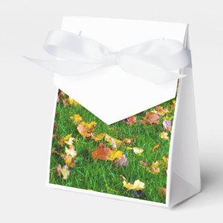 Hojas de otoño en la hierba verde caja para regalo de boda