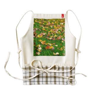 Hojas de otoño en la hierba verde delantal zazzle HEART