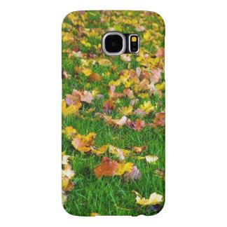 Hojas de otoño en la hierba verde funda samsung galaxy s6