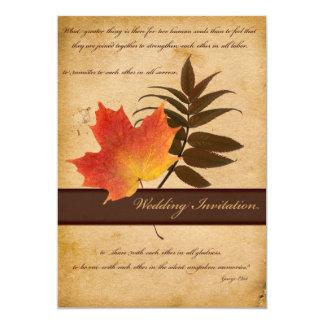 Hojas de otoño en la invitación envejecida del