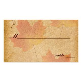 Hojas de otoño en tarjetas de papel envejecidas de plantilla de tarjeta de visita