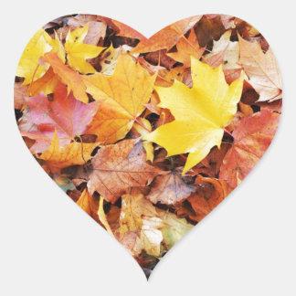 Hojas de otoño pegatina en forma de corazón
