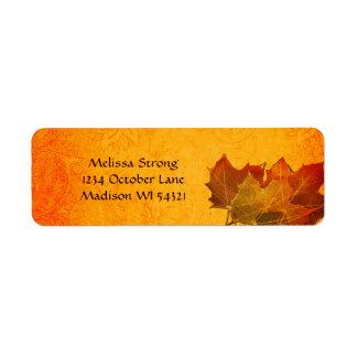 Hojas de otoño que brillan intensamente en naranja etiqueta de remite