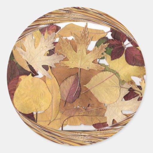 Hojas de otoño que remolinan pegatina redonda