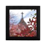 Hojas de otoño rojas por la capilla caja de joyas