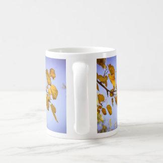 Hojas de otoño taza básica blanca