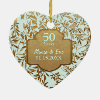 Hojas del aniversario de boda del oro 50.o adorno navideño de cerámica en forma de corazón
