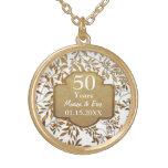 Hojas del aniversario de boda del oro 50.o colgante redondo
