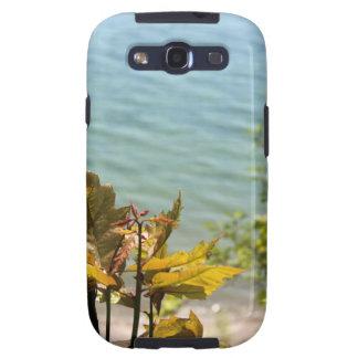 Hojas del árbol delante del agua azul del lago Mic Galaxy S3 Carcasas