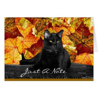 Hojas del gato negro y de la caída tarjeta pequeña
