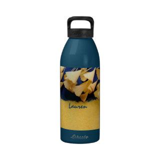 hojas del ginkgo en la botella de agua de la textu
