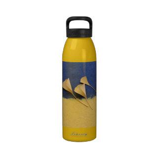 hojas del ginkgo en la botella de agua del papel h