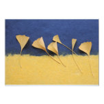 hojas del ginkgo en la invitación del papel hecho