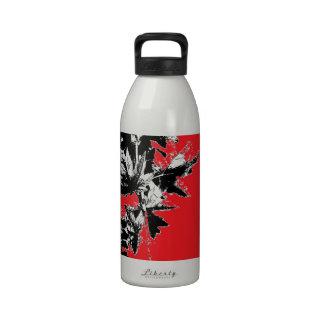 Hojas del negro en fondo rojo botella de beber