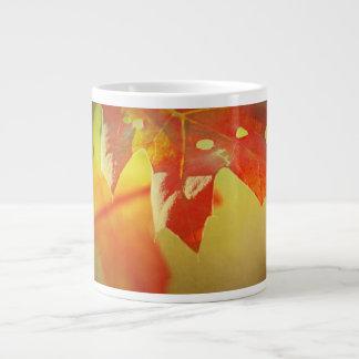 Hojas del roble y sol de la taza del otoño taza grande