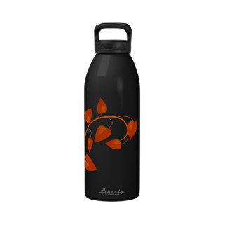 Hojas del rojo botella de agua