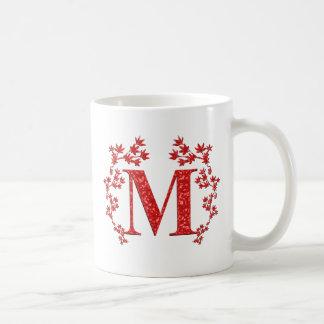 Hojas del rojo de la letra M del monograma Taza