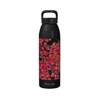 Hojas del rojo en naturaleza botella de agua reutilizable