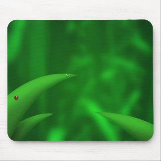 Hojas del verde en la selva mousepad
