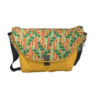 Hojas en la bolsa de mensajero del naranja de las  bolsas de mensajeria