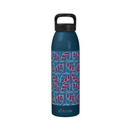 Hojas en la botella de agua del azul de las rayas