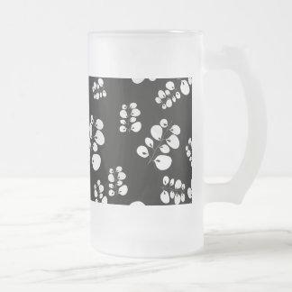 Hojas negras y del blanco taza de cristal